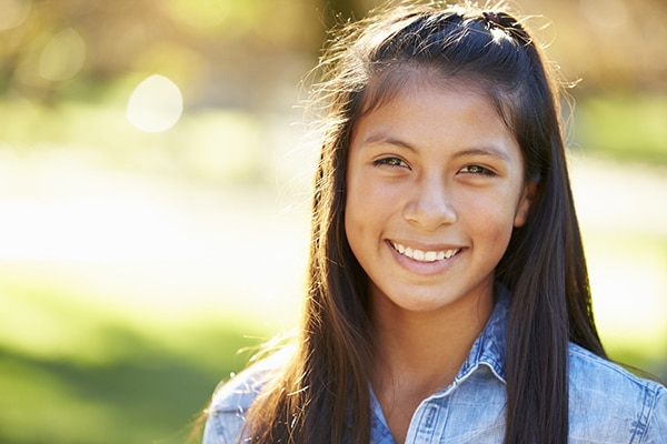 11-jarig latina meisje lacht in de camera