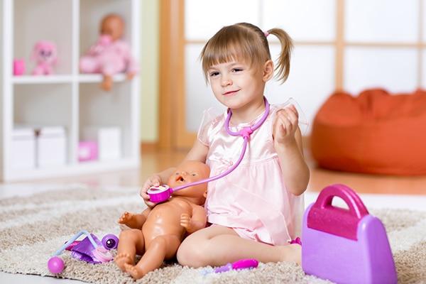 5-jarig meisje speelt poppendokter in speelkamer